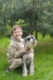 Petit garçon avec son crabot image libre de droits