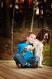 Petit garçon avec son crabot d'animal familier Photo libre de droits