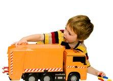 Petit garçon avec un grand véhicule de jouet photographie stock