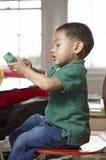 Petit garçon avec une boîte à jus. images stock