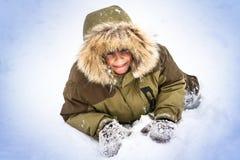 Petit garçon ayant l'amusement dans la neige Images libres de droits