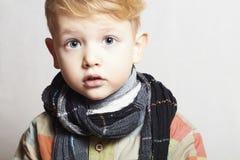 Petit garçon beau à la mode dans scarf.stylish haircut.fashion Photographie stock libre de droits