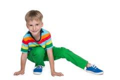 Petit garçon blond dans une chemise rayée images stock