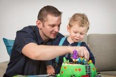 Petit garçon célébrant le deuxième anniversaire photographie stock