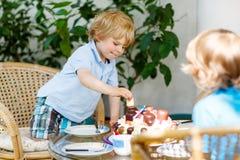 Petit garçon célébrant son anniversaire dans le jardin de la maison avec le grand Ca Image libre de droits
