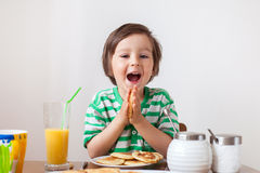 Petit garçon caucasien doux, mangeant des crêpes Image stock