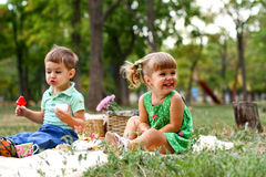 Petit garçon caucasien et fille mangeant des bonbons Images stock
