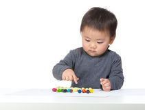 Petit garçon choisissant la couleur photo libre de droits