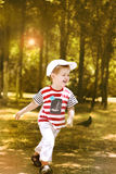 Petit garçon courant dans le park.1 Photos stock