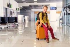 Petit garçon d'Adoralbe à l'aéroport Photographie stock