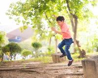 Petit garçon d'enfant de mêmes parents s'asseyant ensemble en parc extérieur Image stock