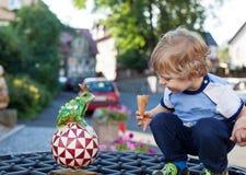 Petit garçon d'enfant en bas âge avec la grenouille faite main de jouet Photo stock