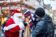 Petit garçon d'enfant en bas âge avec le père et la Santa Claus dessus Photographie stock libre de droits