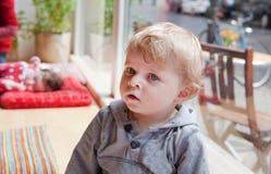 Petit garçon d'enfant en bas âge en café de ville d'enfant Photographie stock libre de droits