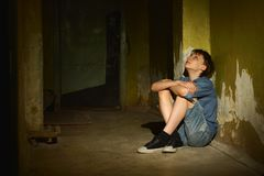 Petit garçon dans la cave foncée photos stock