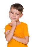 Petit garçon dans la chemise jaune Images stock