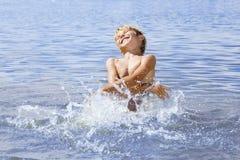 Petit garçon dans la mer bleue Photo libre de droits