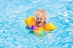 Petit garçon dans la piscine Photo libre de droits