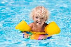 Petit garçon dans la piscine Photographie stock libre de droits