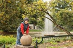 Petit garçon dans la vieille ville Images libres de droits
