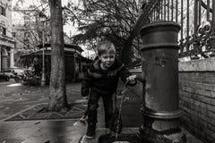 Petit garçon dans la vieille ville Photographie stock