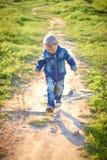 Petit garçon dans le chapeau jouant dehors en été un jour chaud ensoleillé, herbe, verts, nature Photos stock