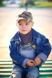 Petit garçon dans le chapeau jouant dehors en été un jour chaud ensoleillé, herbe, verts, nature Photo libre de droits