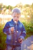 Petit garçon dans le chapeau jouant dehors en été un jour chaud ensoleillé, herbe, verts, nature Images libres de droits