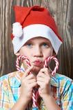 Petit garçon dans le chapeau rouge avec des lucettes de Noël Photographie stock libre de droits