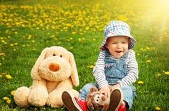 Petit garçon dans le chapeau se tenant sur le champ Photos libres de droits