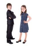 Petit garçon dans le costume et la fille dans la robe d'isolement sur le blanc Images stock