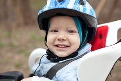 Petit garçon dans le siège de bicyclette Photos libres de droits