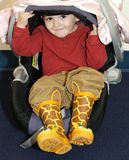 Petit garçon dans le siège de véhicule photographie stock libre de droits