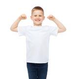 Petit garçon dans le T-shirt blanc vide montrant des muscles Photos stock