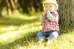 Petit garçon dans un chapeau de cowboy jouant sur la nature Photos stock