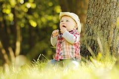 Petit garçon dans un chapeau de cowboy jouant sur la nature Photographie stock