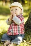 Petit garçon dans un chapeau de cowboy jouant sur la nature Images stock