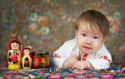 Petit garçon dans une chemise russe traditionnelle avec la broderie photos stock
