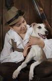Petit garçon de chasseur avec un chien Photo libre de droits