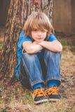 Petit garçon de gosse - tristesse photographie stock