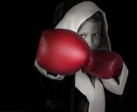 Petit garçon de portrait noir et blanc dans les gants de boxe rouges Image stock