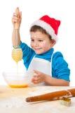 Petit garçon de sourire avec l'egg-beater Images stock
