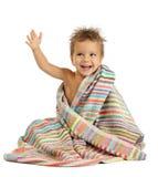 Petit garçon de sourire en essuie-main photos stock