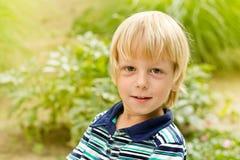 Petit garçon de sourire en stationnement Images stock