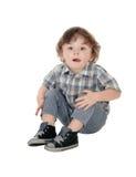 Petit garçon de trois ans s'asseyant sur le plancher Photo libre de droits