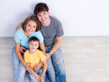 Petit garçon de wih heureux de famille - courbe images stock