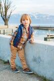 Petit garçon dehors Photographie stock