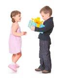 Petit garçon donnant un cadre de cadeau à sa amie Images libres de droits