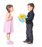 Petit garçon donnant un cadre de cadeau à sa amie Photographie stock
