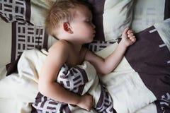 Petit garçon dormant dans la huche Photo libre de droits